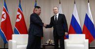 Президент РФ Владимир Путин и председатель Госсовета Корейской Народно-Демократической Республики Ким Чен Ын (слева) во время встречи в кампусе ДВФУ во Владивостоке.
