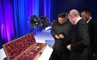 Путин менен Ким Чен Ын бири-бирине белек тапшырды