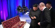 Президент РФ Владимир Путин и председатель Госсовета Корейской Народно-Демократической Республики Ким Чен Ын (слева) после переговоров в кампусе ДВФУ во Владивостоке. Лидер КНДР подарил президенту России Владимиру Путину корейский меч.