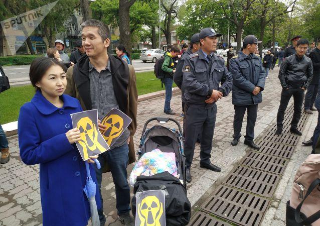 У здания Жогорку Кенеша проходит митинг противников добычи урана не только в Иссык-Кульской области, но и на территории всего Кыргызстана