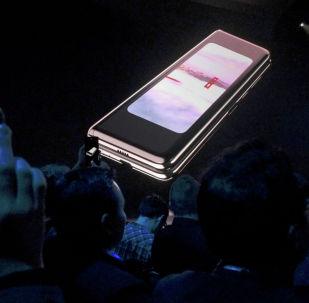 Складной смартфон Samsung Galaxy Fold демонстрируется на экране на мероприятии Samsung Electronics Co Ltd в Сан-Франциско