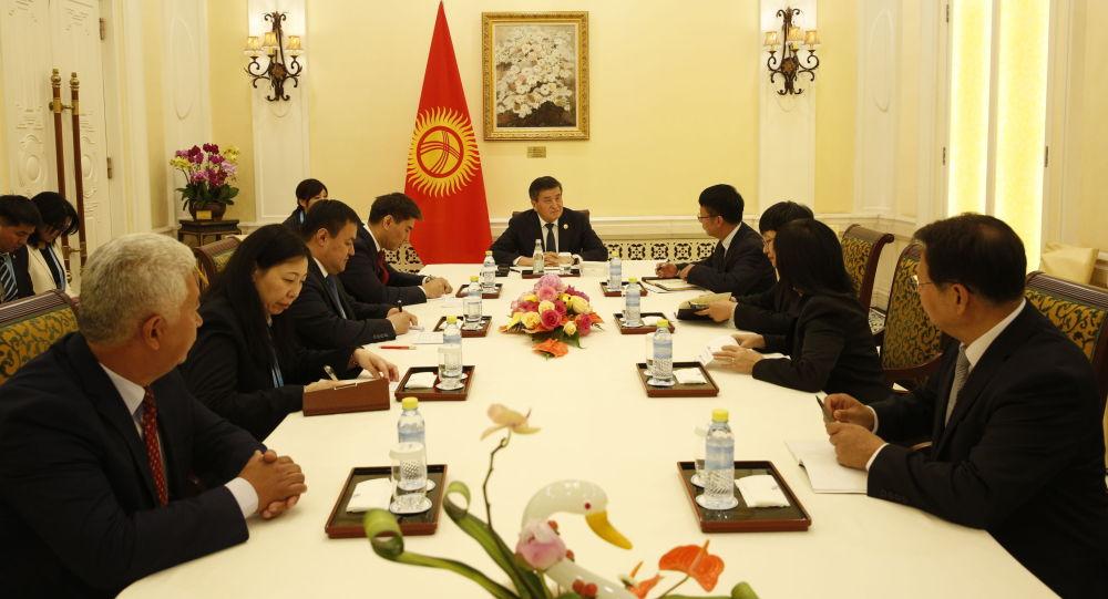 Президент Сооронбай Жээнбеков Кытайдын окумуштуулары менен кыргыздардын тарыхы тууралуу кытай жазууларын биргеликте изилдөөнү талкуулады