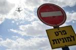 Самолет в небе над аэропортом. Архивное фото