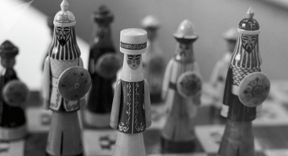 Манас эпоснун каарамандары чагылдыралган шахмат фигуралары. Архив