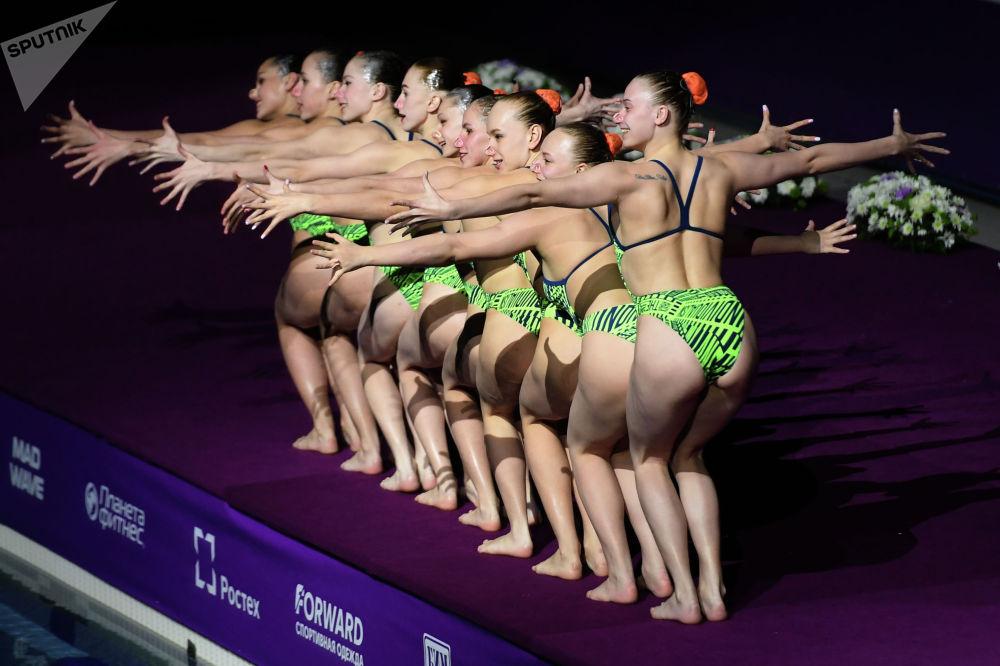 Спортсменки сборной Белоруссии на гала-концерте III этапа Мировой серии FINA по синхронному плаванию в Казани