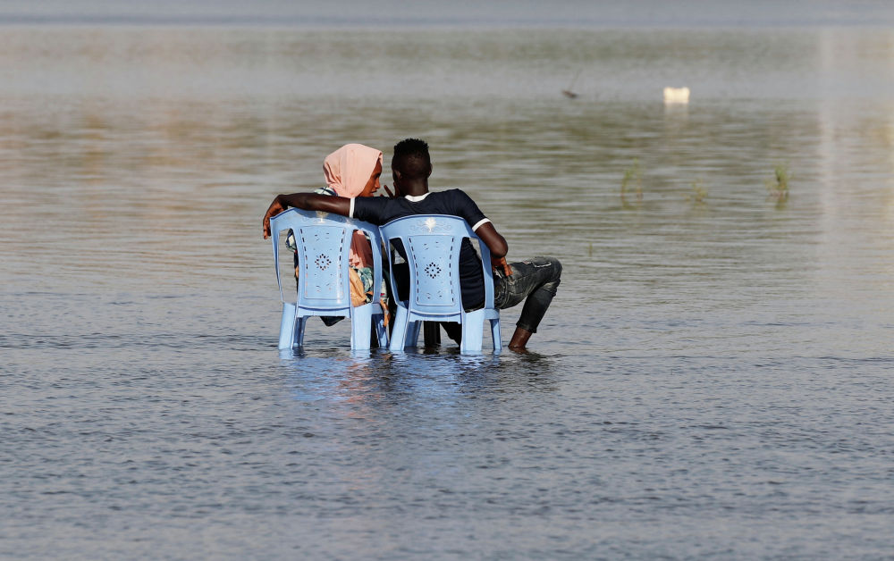 Пара из Судана наслаждается мелководьем реки Нил в Хартуме
