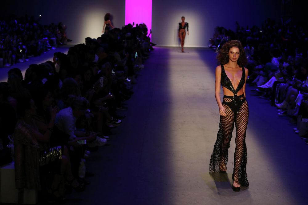 Модель представляет творение Амира Сламы во время Недели моды в Сан-Паулу