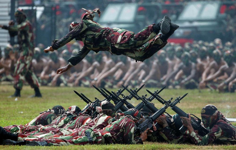 Празднование 67-й годовщины Национальной армии Индонезии в Джакарте.