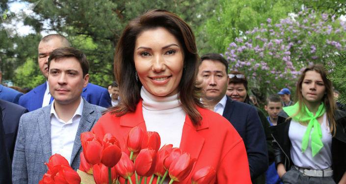 Казакстандын биринчи президентинин кызы Алия Назарбаевага Алматы шаарында өткөн жоогазын фестивалында атасынын ысымы берилген гүлдү белек кылышты