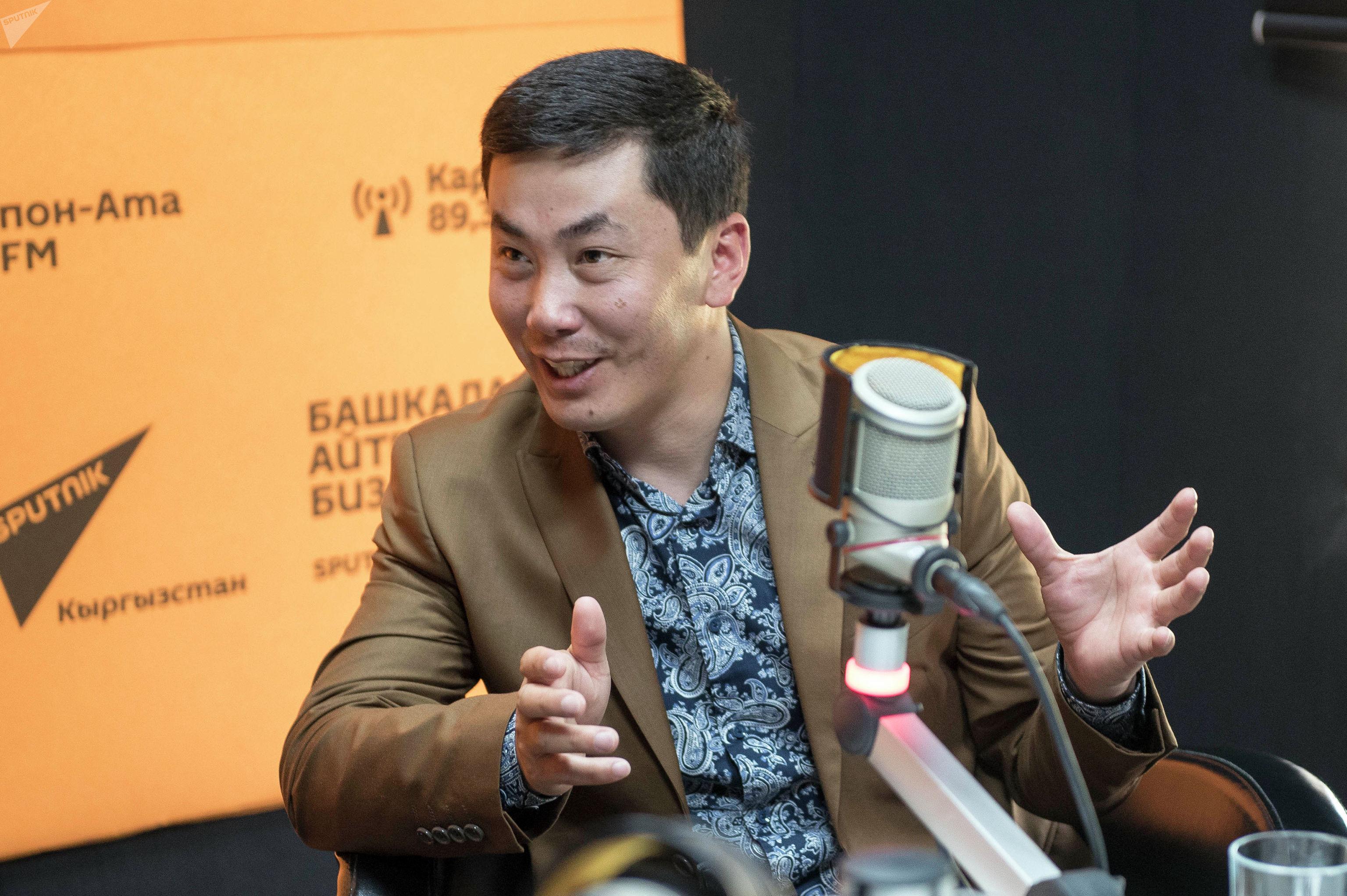 Аккордеонист, певец, тамада Талант Карагулов во время беседы на радио Sputnik Кыргызстан