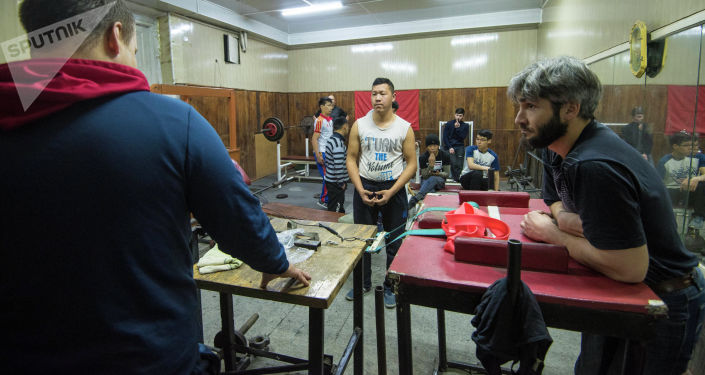 Старший тренер Детско-юношеской спортивной школы по теннису, паралимпийским и силовым видам спорта Олег Алчинов во время тренировок ребят с ОВЗ