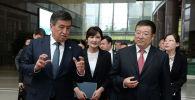 Президент Кыргызской Республики Сооронбай Жээнбеков посетил машиностроительную корпорацию SINOMACH и встретился с председателем правления Чжан Сяолуном