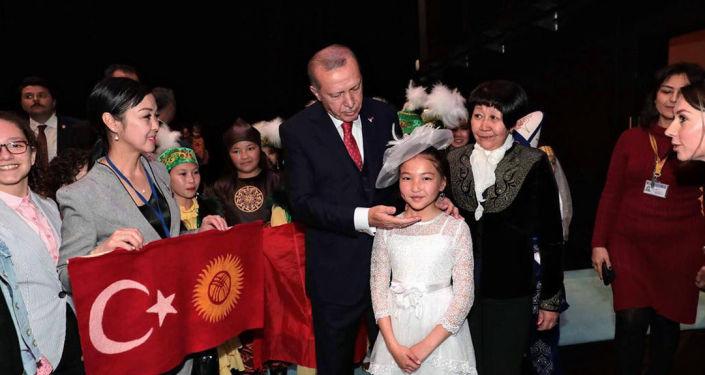 Президент Турции Реджеп Тайип Эрдоган обратил особое внимание на выступление девочки Бермет Жумабековой из танцевальной группы ДЭА из Кыргызстана.