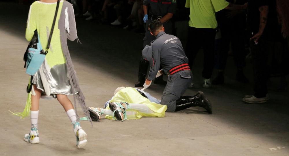 Талес Соарес аттуу модель Сан-Паулу шаарында (Бразилия) өтүп жаткан мода жумалыгы учурунда подиумда басып бара жатып жыгылды