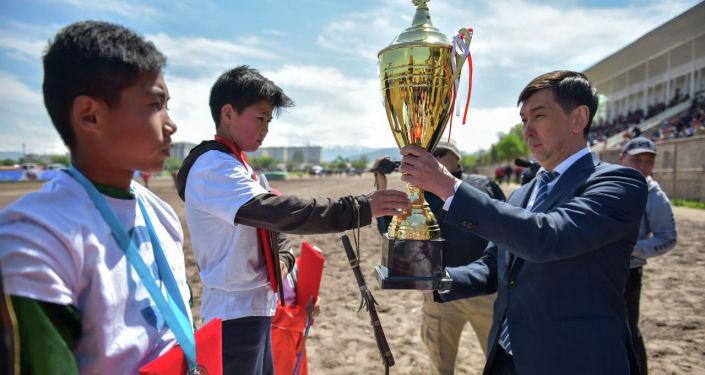 Победителей награждали глава муниципалитета Азиз Суракматов