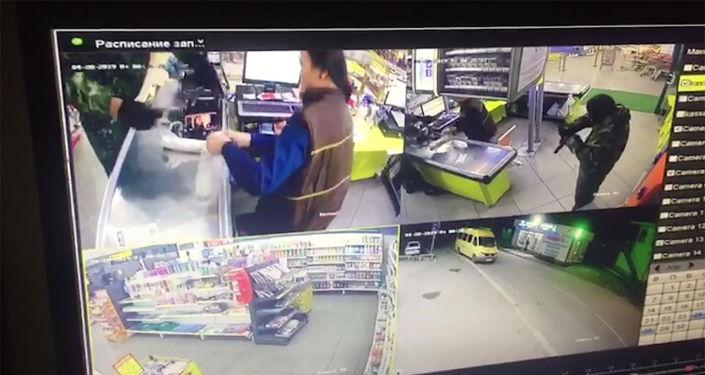 Двое неизвестных в камуфляже, масках и с пистолетами совершили нападение на маркет Супер Арзан в 12-м микрорайоне столицы.