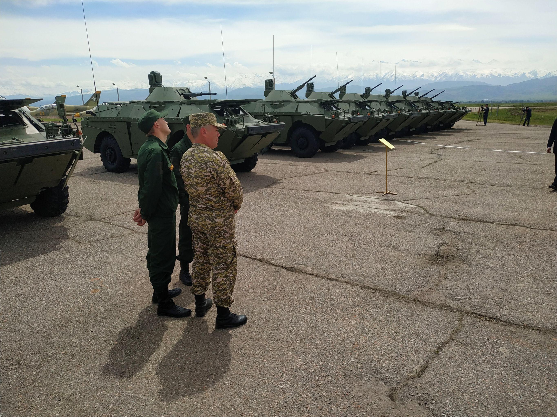 Министерство обороны России передало Генеральному штабу Вооруженных сил Кыргызстана два вертолета МИ-8МТ и девять бронированных разведывательно-дозорных машин (БРДМ)