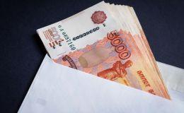 Конверт с российскими рублями. Архивное фото