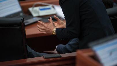 Депутат на перерыве между заседаниями Жогорку Кенеша. Архивное фото