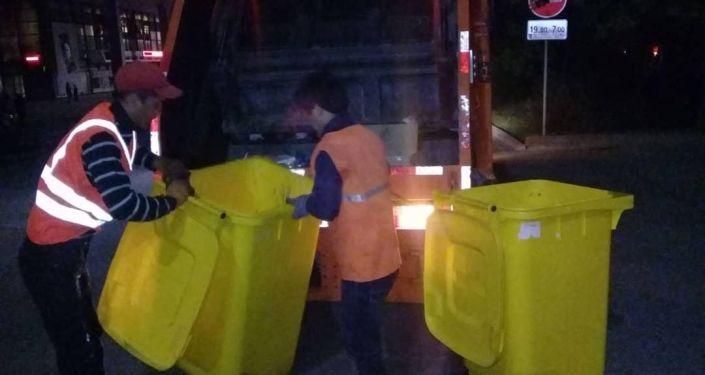 Уборка мусора на площади Ала-Тоо после празднования 141-летия Бишкека