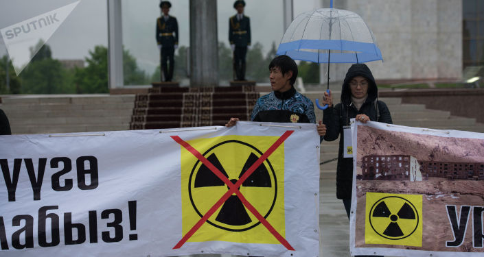 Митингующие на площади Ала-Тоо против работ на урановом месторождений в Иссык-Кульской области