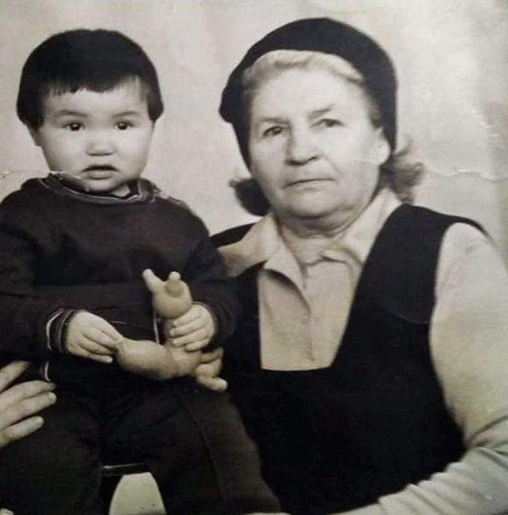 Россиянка Наталья с бабушкой