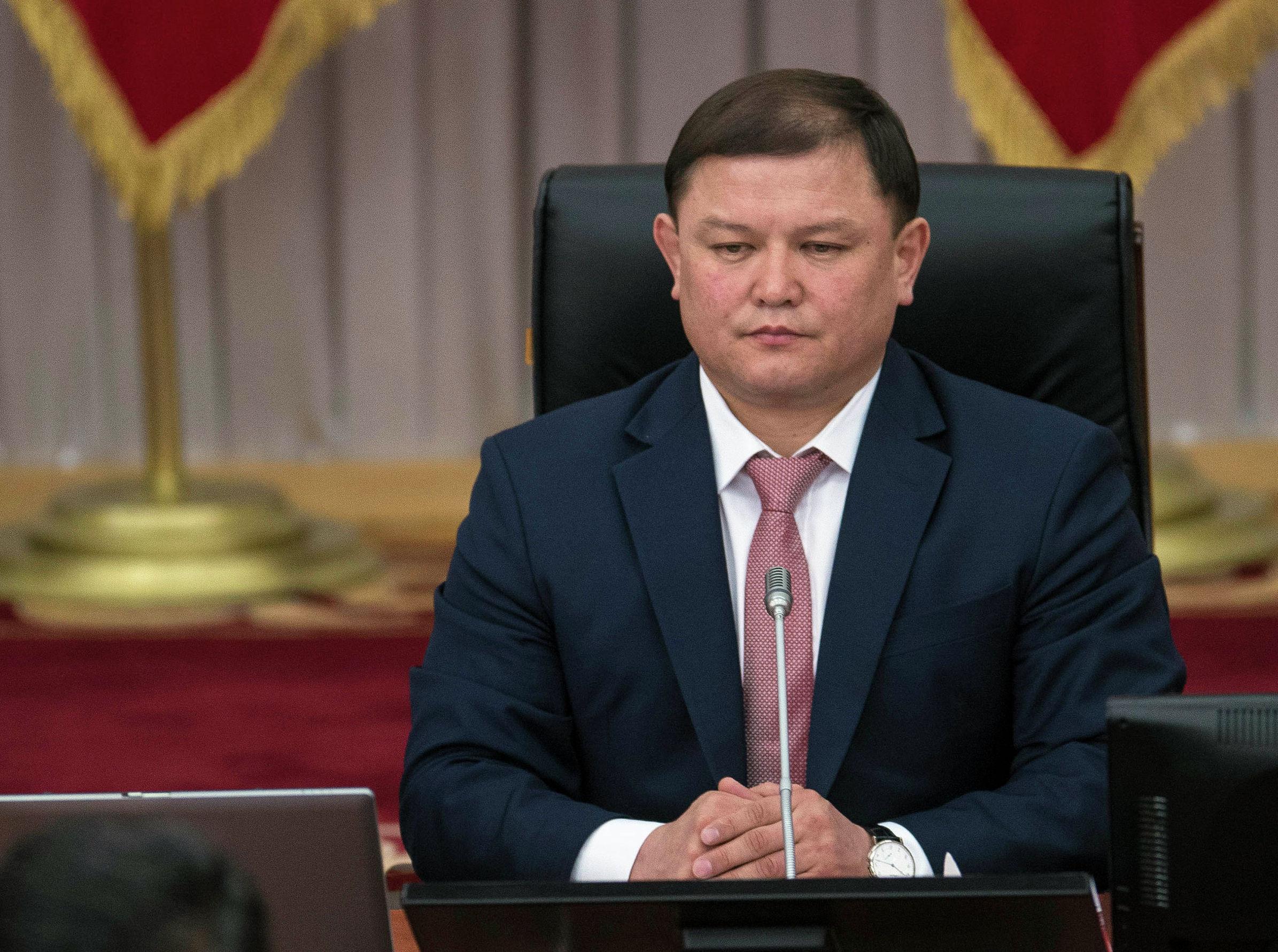 Торага Жогорку Кенеша Дастанбек Джумабеков слушает выступление президента на заседании жК