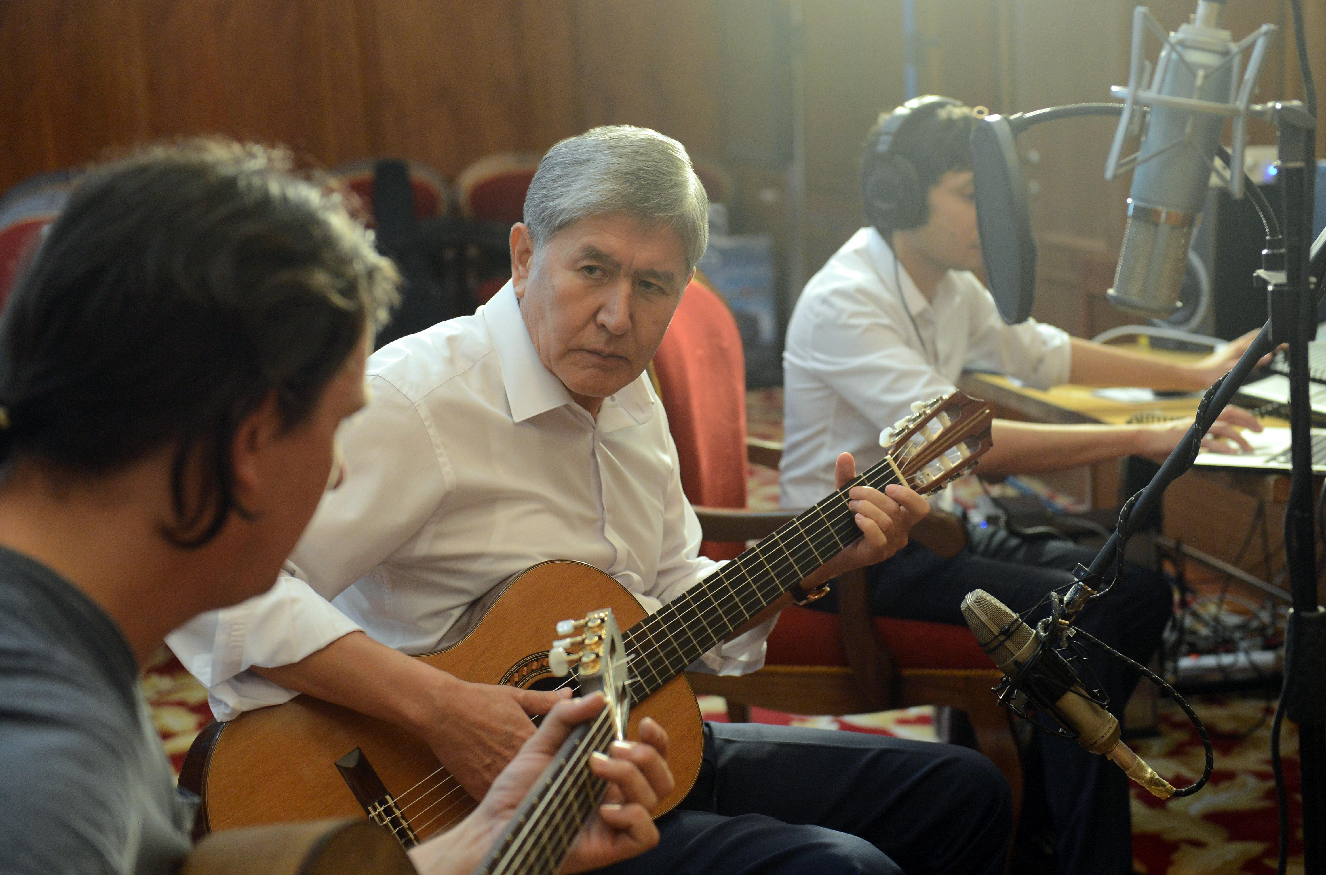 Запись пяти песен президента Кыргызской Республики Алмазбека Атамбаева, занявшее 47 минут. 17 июня 2016 года, город Бишкек