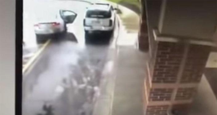 В штате Огайо (США) восьмилетний мальчик спас старшую сестру и самого себя от злоумышленника, угнавшего автомобиль, в котором они находились.