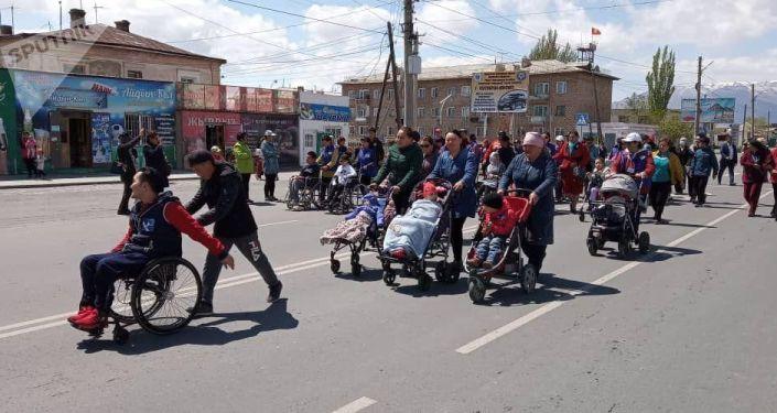 Участники первого республиканского парамарафона в Балыкчи
