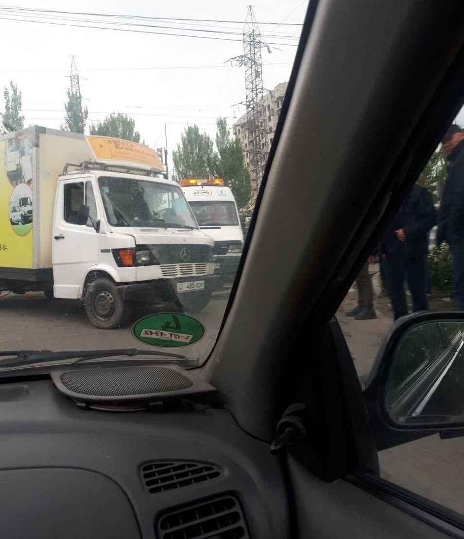 На пересечении улиц Токомбаева и Куттубаева опрокинулся грузовой бус