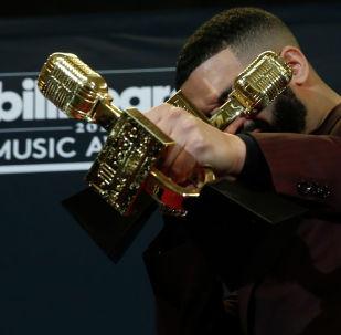 Рэпер из КанадыDrake получил звание лучшего артиста на церемонии вручения премии Billboard Music Awards