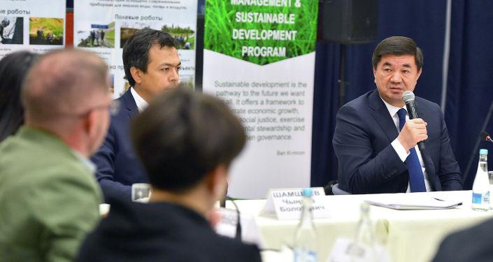 Премьер-министр Кыргызстана Мухаммедкалый Абылгазиев на встрече с активистами