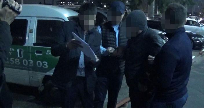 Видео задержания сотрудника Соцфонда в дождливый вечер в Бишкеке