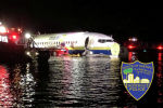 В США пассажирский Boeing 737выкатился в реку при посадке в военно-морской базе в Джексонвилле.
