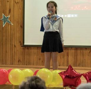 В школе-гимназии №24 Бишкека прошел ежегодный конкурс инсценированной военной песни с участием учеников восьмых классов