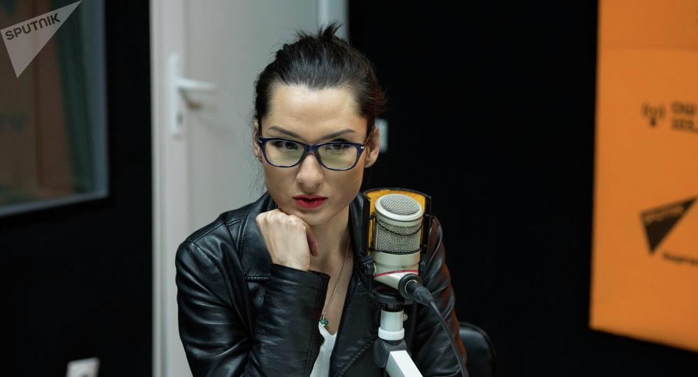 Журналист и телеведущая Марина Ким во время беседы на радио Sputnik Кыргызстан