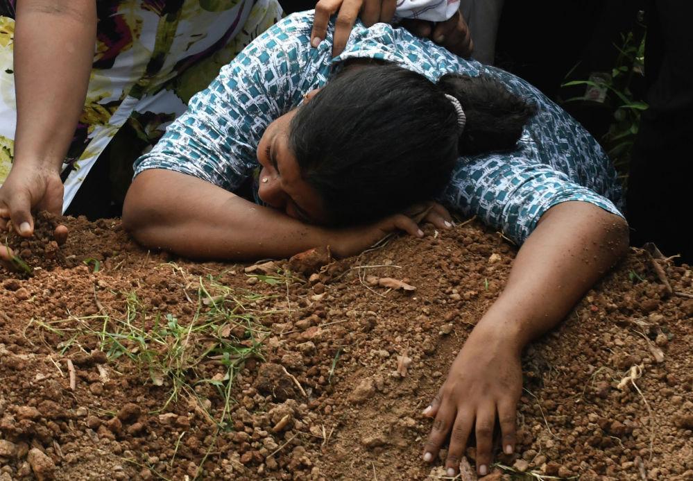 Шри-Ланкадагы бир катар жардыруудан каза тапкан жакынын жоктогон аял. Саламаттык сактоо министрлигинин маалыматы боюнча жардыруулар 250-300 кишинин өмүрүн алып кетти
