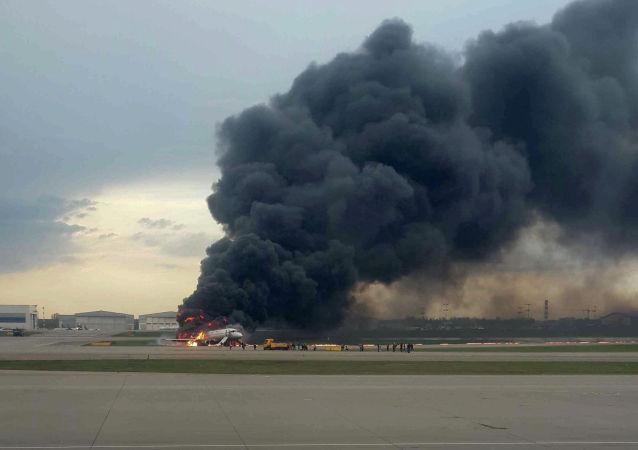 Самолет Sukhoi Superjet 100 горит после аварийной посадки в аэропорту Шереметьево под Москвой. 5 мая 2019 года