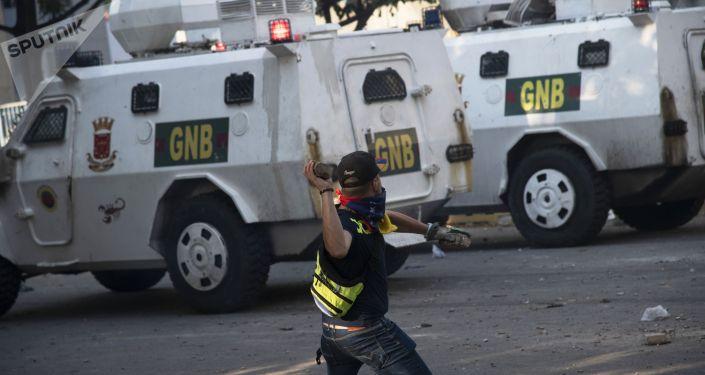 Протестующий во время столкновения с Национальной гвардией Венесуэлы в Альтамире, районе Каракаса.