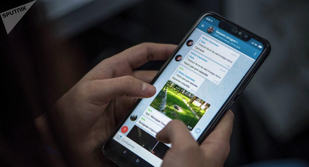 Девушка со смартфоном в Telegram группе Бишкек сегодня.