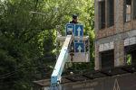 Сотрудник мэрии Бишкека устанавливает дорожные знаки. Архивное фото