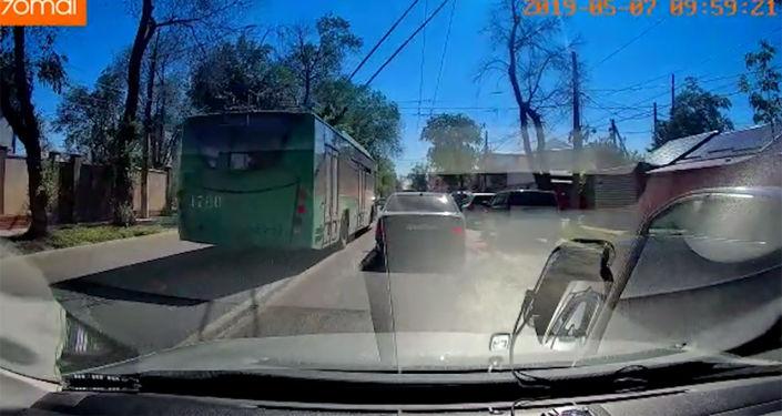Троллейбус по встречке обогнал автомобиль марки BMW и перестроился перед ним, создав аварийную ситуацию.