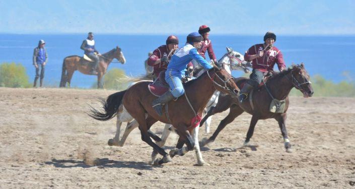 Игра между командами Достук и Сары-Озон на турнире по кок-бору в Чолпон-Ате