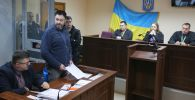 Руководитель портала РИА Новости Украина Кирилл Вышинский (второй слева) выступает в Подольском районном суде Киева, где рассматривается обвинительный акт в его отношении.
