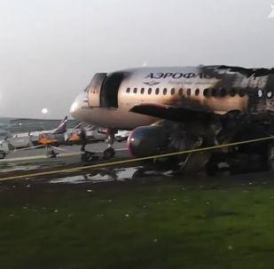 Обгоревший фюзеляж самолета компании Аэрофлот Sukhoi Superjet-100 на летном поле в аэропорту Шереметьево.