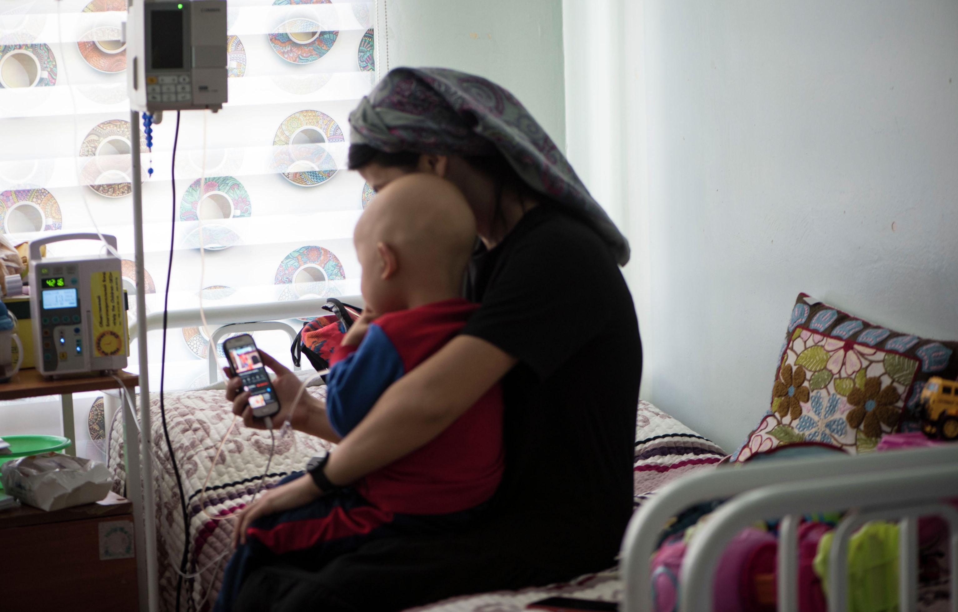Кыргызстанка Аида Жолдошбекова с сыном Медером, который страдает нейробластомой(высокозлокачественная опухоль)