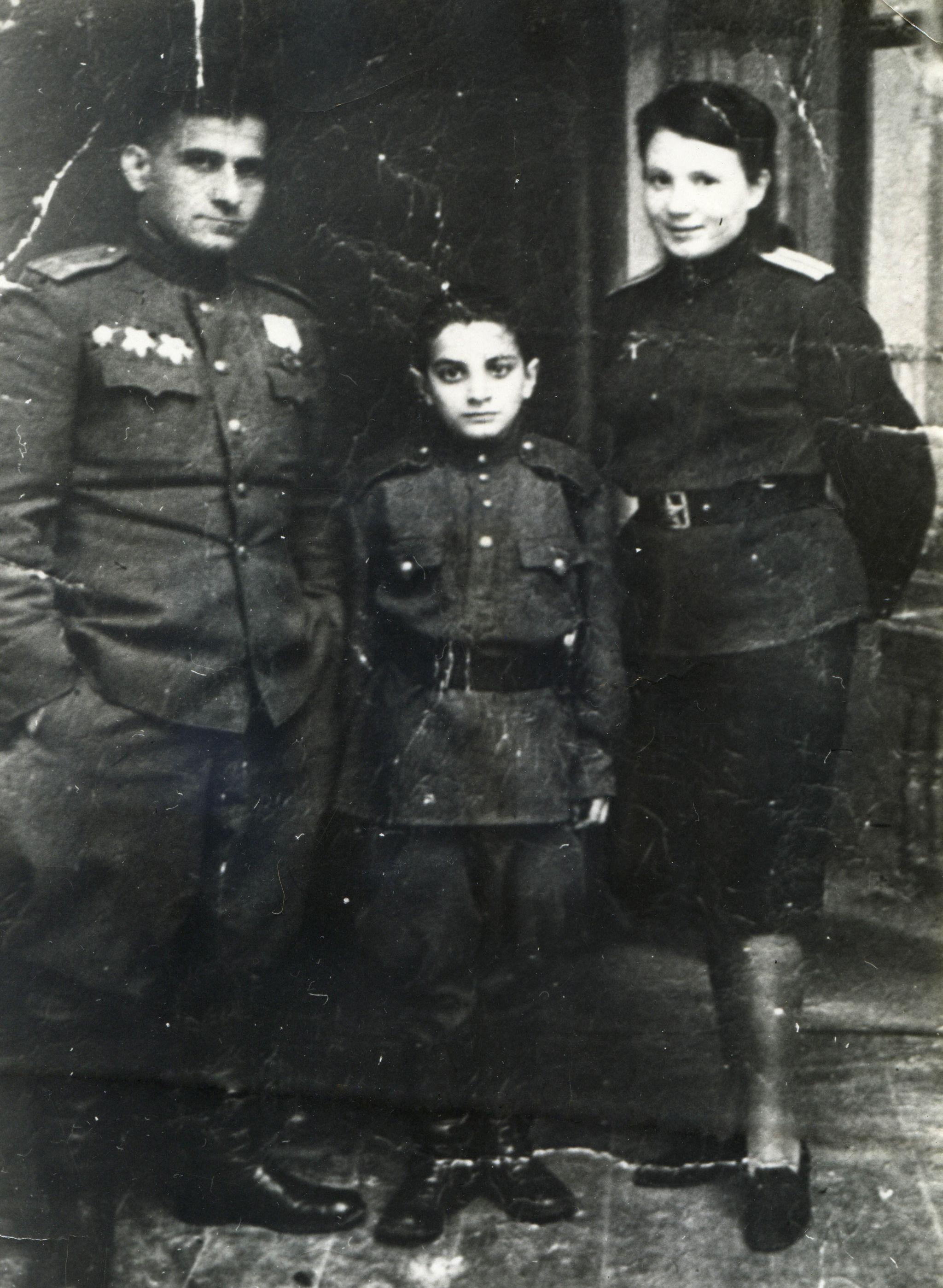 Ветеран ВОВ Марлен Топчиян, который в 9 лет ушел в фронт (в центре)