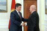 Президент Кыргызстана Сооронбай Жээнбеков во время встречи с послом РФ в КР Николаем Удовиченко