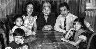 Известный режиссер Болот Шамшиев с актрисой Айтурган Темировой и ее родственниками. Фрунзе 1984 года
